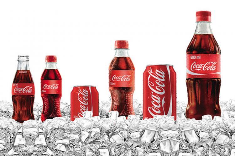 Diferentes garrafas e latas de Coca-Cola